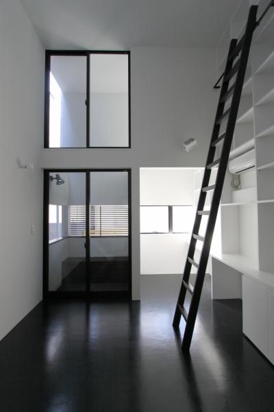 壁面本棚のある寝室 (斜め窓の家 OUCHI-06)
