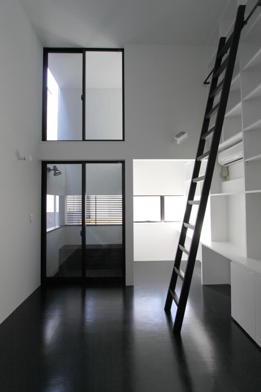 オウチ06・斜め窓の家 (壁面本棚のある寝室)
