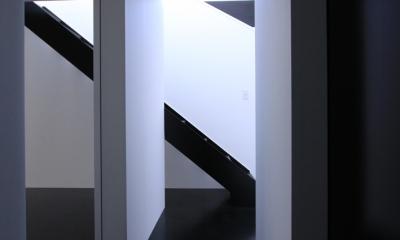 斜め窓の家 OUCHI-06 (黒い床のホール)