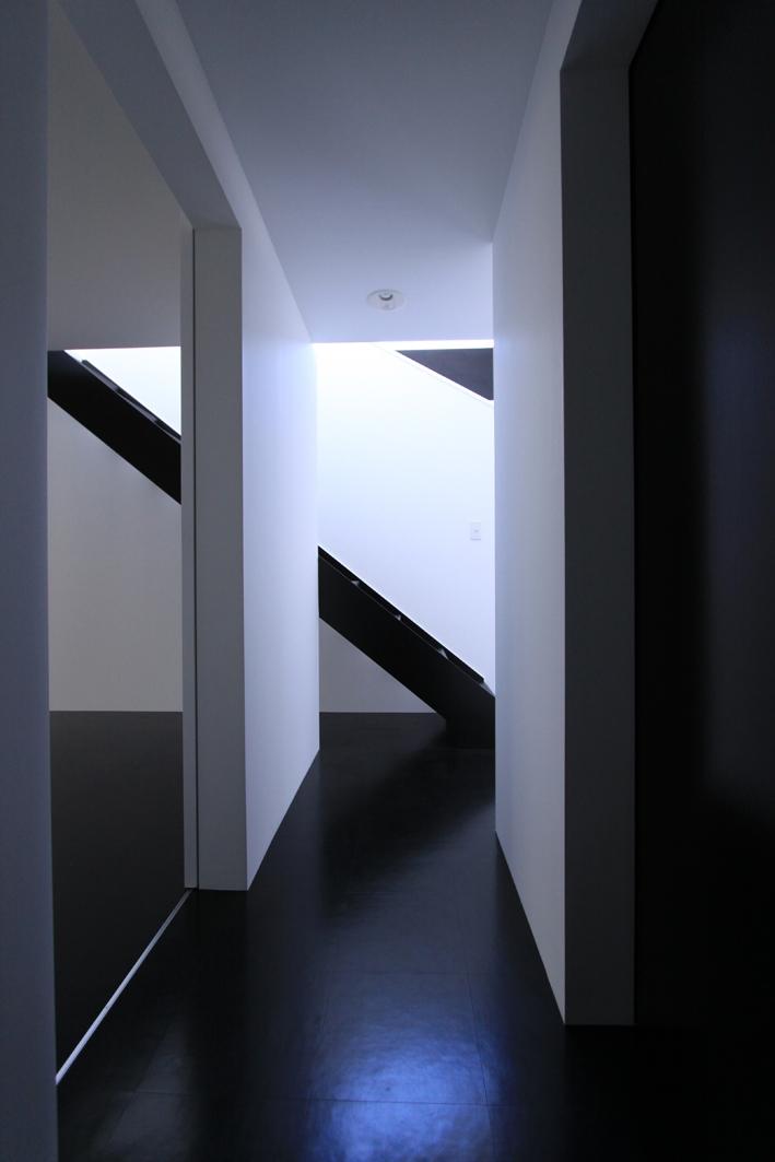 オウチ06・斜め窓の家 (黒い床のホール)