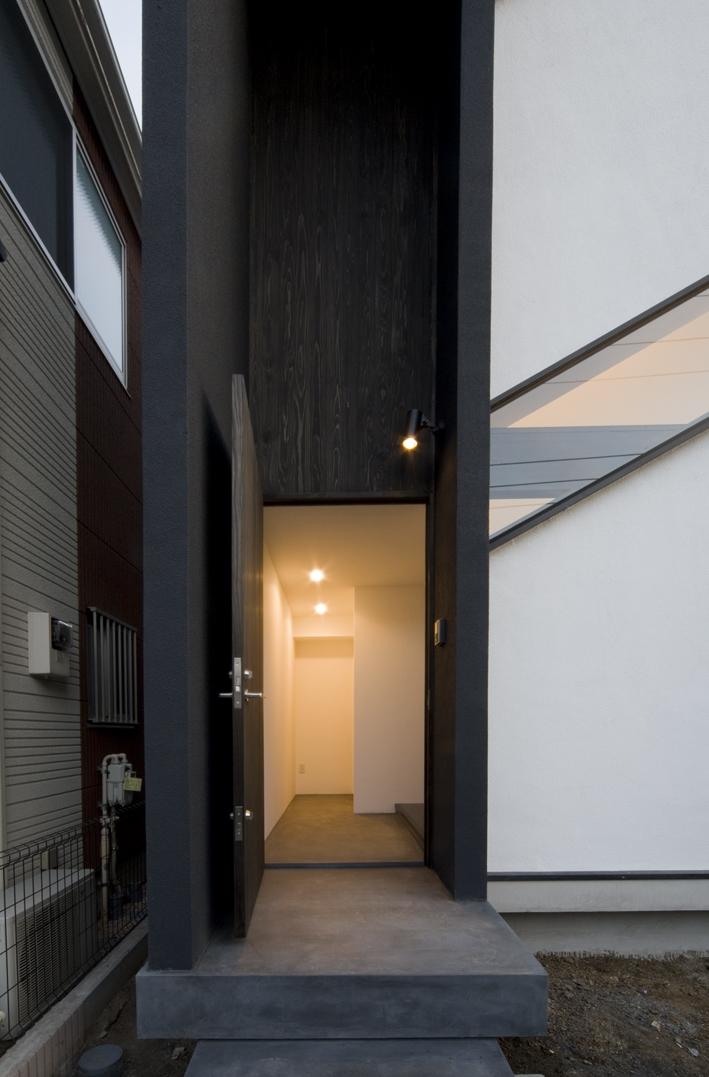 オウチ06・斜め窓の家 (米松縦張の玄関ドア)