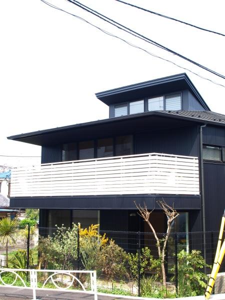 ロフトでつながる大屋根の家 (バルコニーのある外観)
