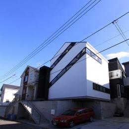 オウチ06・斜め窓の家 (斜め窓のある外観)