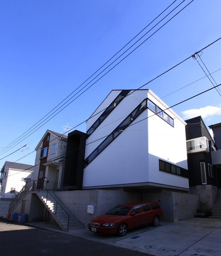 斜め窓の家 OUCHI-06 (斜め窓のある外観)