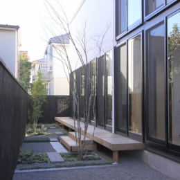 オウチ12・木箱の入った家 (庭)