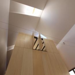 オウチ12・木箱の入った家 (リビングから木箱を見上げる)