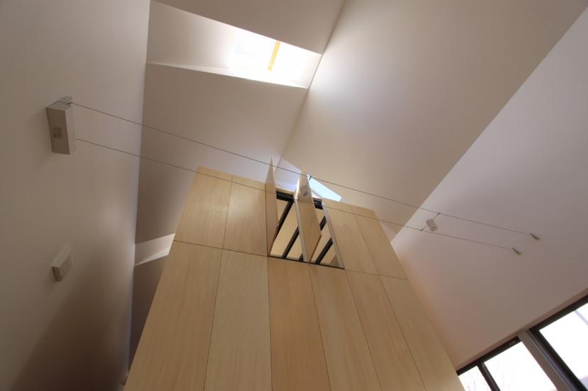 オウチ12・木箱の入った家の部屋 リビングから木箱を見上げる
