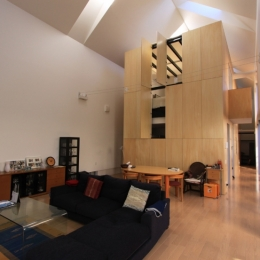 オウチ12・木箱の入った家 (木箱を見上げるリビング)