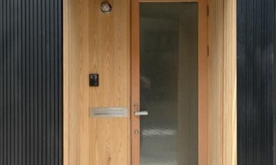 木の外壁で囲まれた玄関ポーチ|ロフトでつながる大屋根の家