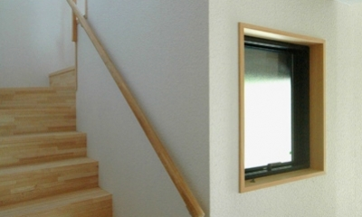 ロフトでつながる大屋根の家 (2階へ上がる階段)