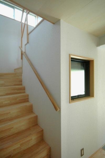 2階へ上がる階段 (ロフトでつながる大屋根の家)