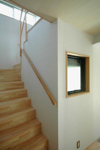ロフトでつながる大屋根の家の部屋 2階へ上がる階段