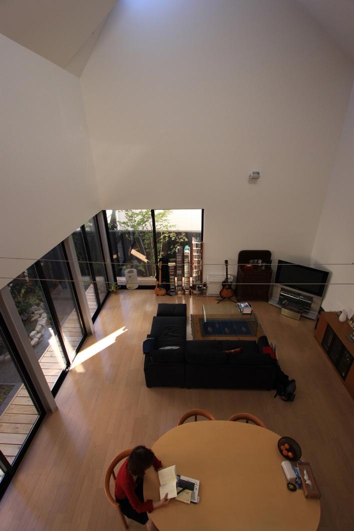 オウチ12・木箱の入った家の部屋 寝室からリビングを眺める