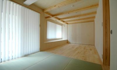 ロフトでつながる大屋根の家 (1階にあるタタミの寝室。)