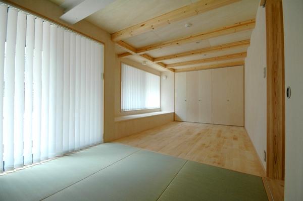 ロフトでつながる大屋根の家の部屋 1階にあるタタミの寝室。