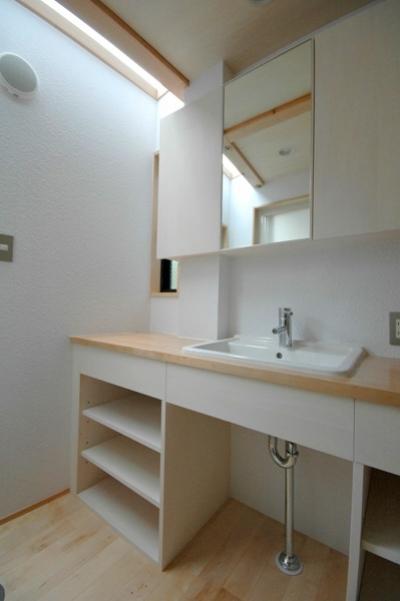 トップライトからの採光で明るい洗面室 (ロフトでつながる大屋根の家)