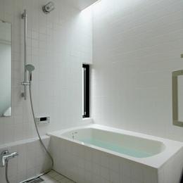 ロフトでつながる大屋根の家 (トップライトで明るい浴室)