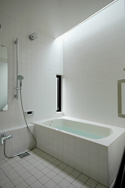 ロフトでつながる大屋根の家の部屋 トップライトで明るい浴室