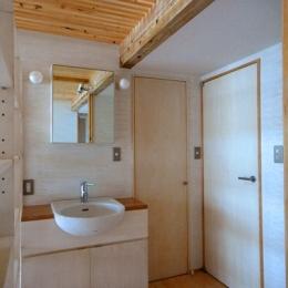 ロフトでつながる大屋根の家 (ホールにある洗面台)