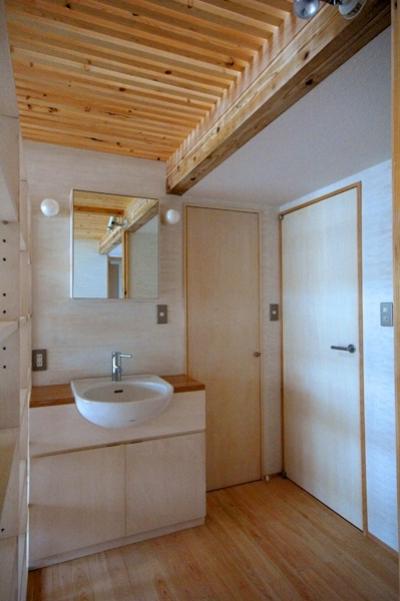 ホールにある洗面台 (ロフトでつながる大屋根の家)
