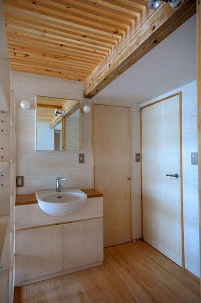 ロフトでつながる大屋根の家の部屋 ホールにある洗面台