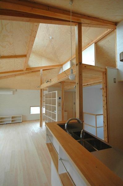ロフトでつながる大屋根の家の部屋 キッチンのダイニング側からリビングやロフトを見たところ