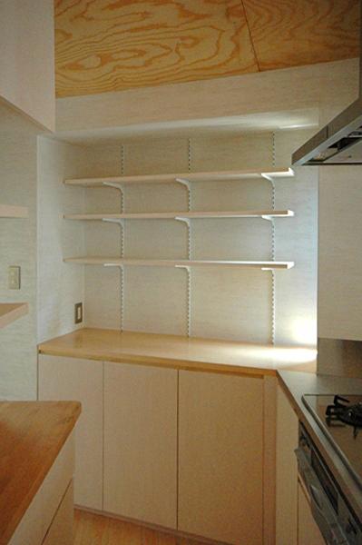 ロフトでつながる大屋根の家の部屋 キッチンの奥、出窓部分にも収納