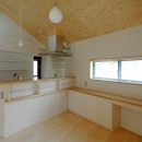 ロフトでつながる大屋根の家の写真 ダイニングからキッチンを見る