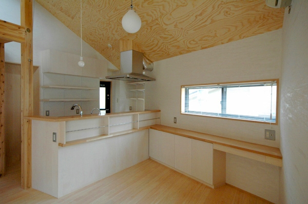 ロフトでつながる大屋根の家の部屋 ダイニングからキッチンを見る