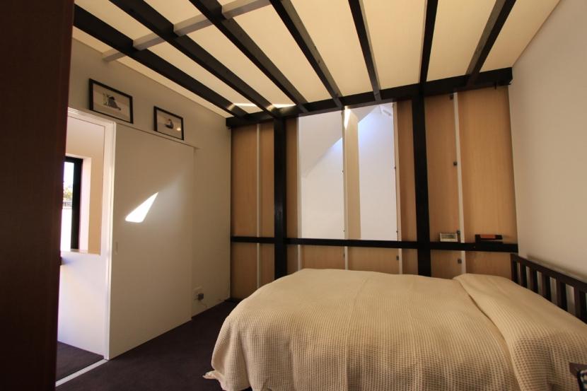 オウチ12・木箱の入った家 (寝室)
