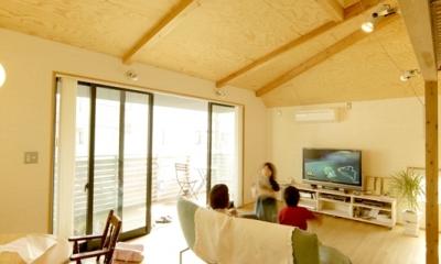ロフトでつながる大屋根の家 (ダイニングからリビングを見る)