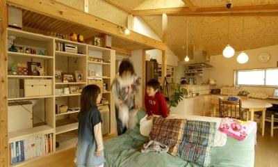 ロフトでつながる大屋根の家 (リビングからダイニングとロフトの方向をみたところ)