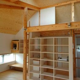 ロフトでつながる大屋根の家 (リビングとホールを仕切る飾り棚)