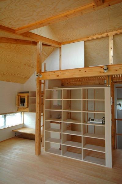 ロフトでつながる大屋根の家の部屋 リビングとホールを仕切る飾り棚