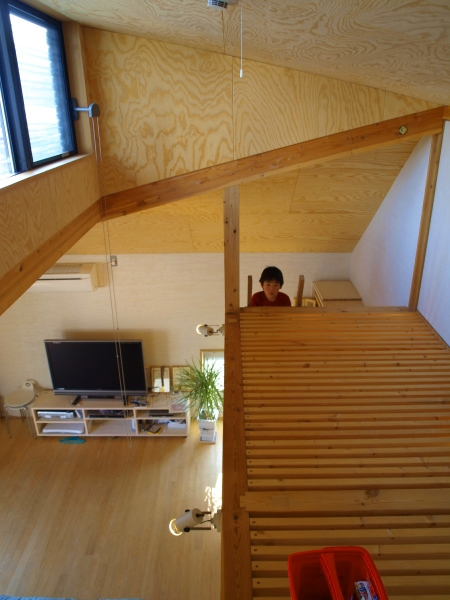 ロフトでつながる大屋根の家の部屋 スノコの床になっているロフト