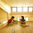 ロフトでつながる大屋根の家の写真 ロフトで遊ぶ子どもたち