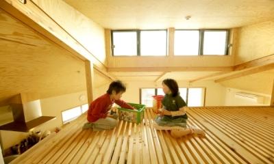 ロフトでつながる大屋根の家 (ロフトで遊ぶ子どもたち)
