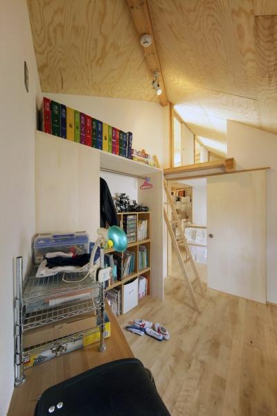 ロフトでつながる大屋根の家の部屋 子ども部屋1