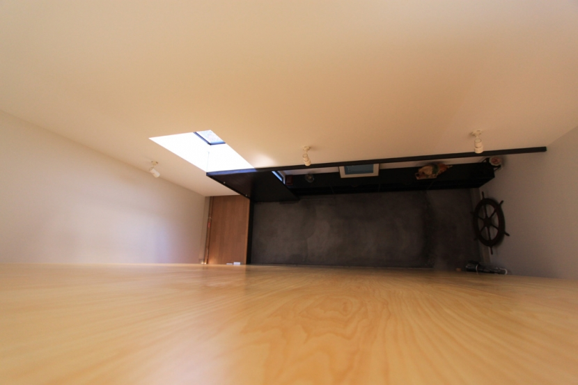 オウチ12・木箱の入った家の部屋 ロフトからの見下ろし