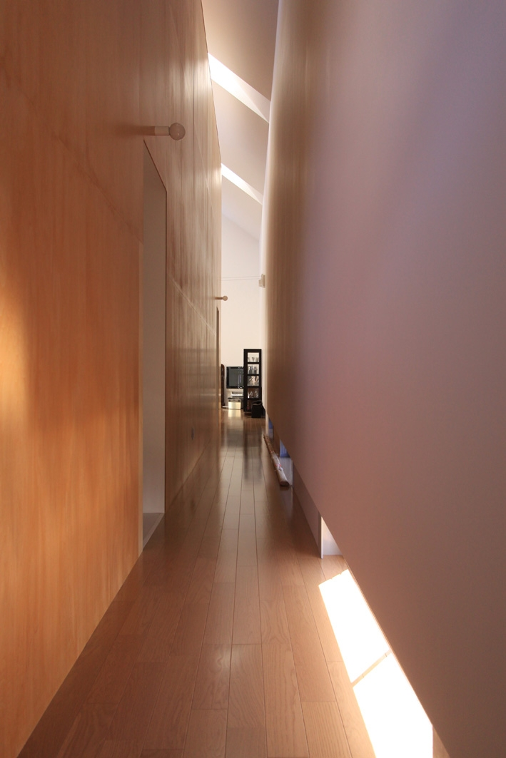 オウチ12・木箱の入った家の部屋 地窓のある廊下