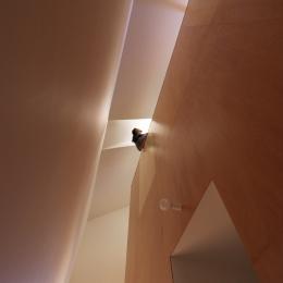 オウチ12・木箱の入った家 (木箱見上げ)
