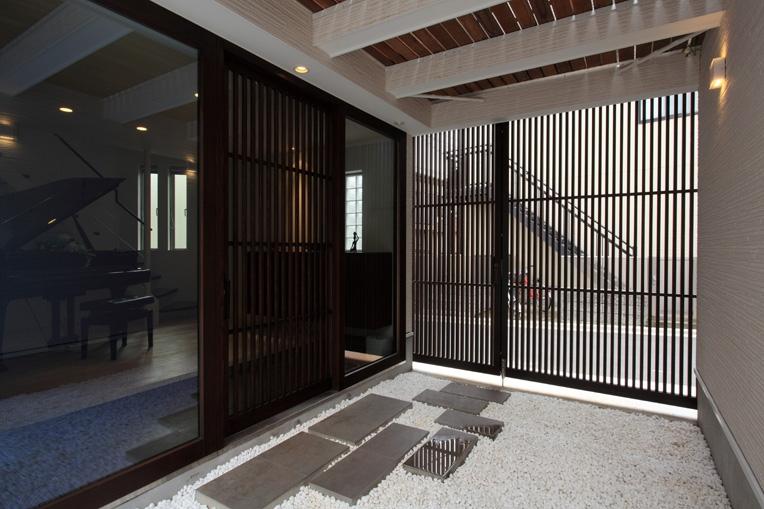 ホワイエのある家の写真 玄関1