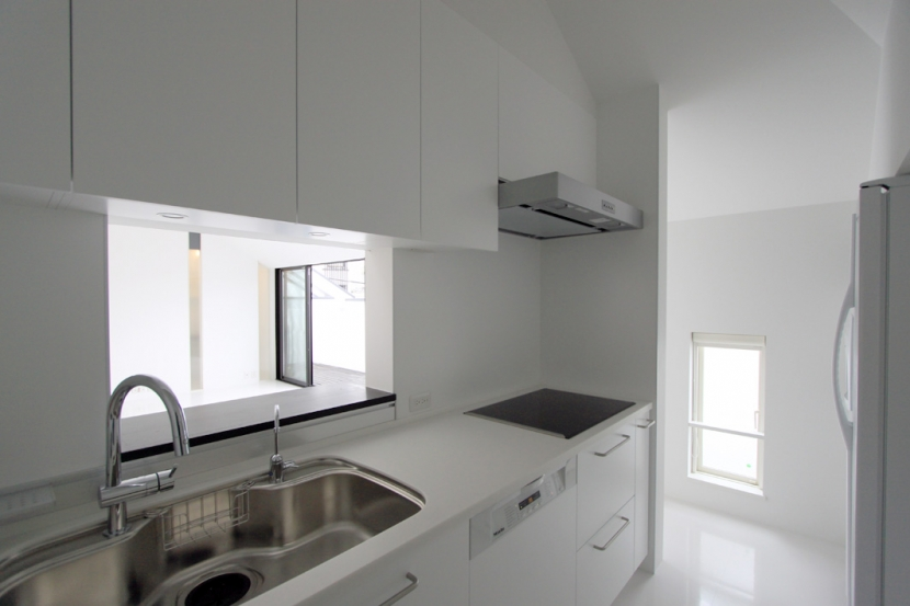 オウチ13・愛犬と暮らす家の写真 白で統一したキッチン