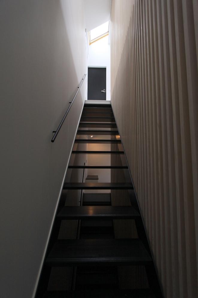 オウチ13・愛犬と暮らす家の写真 2階リビングへの階段