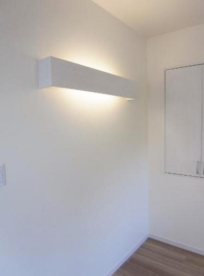 造作照明 (セミオープンキッチンと造作家具)