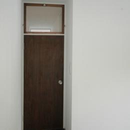 木々の中に浮かぶ大きなバルコニー (個室の入口ドア)