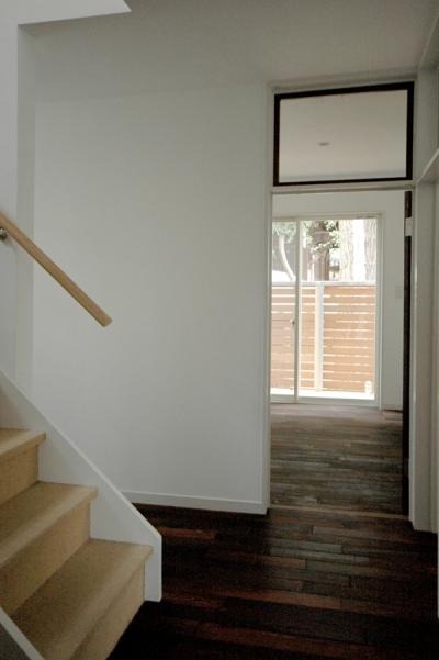 廊下と階段、個室の入口 (木々の中に浮かぶ大きなバルコニー)