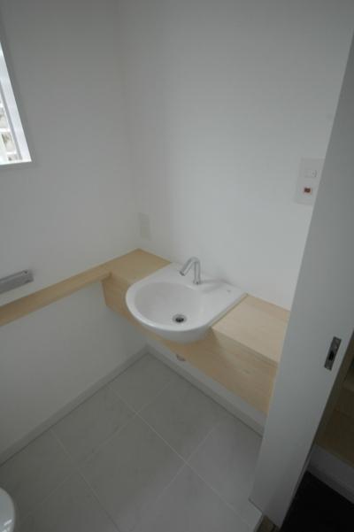 タイル貼りとカウンターのあるトイレ (木々の中に浮かぶ大きなバルコニー)