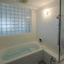 ガラスブロック壁面のバスルーム