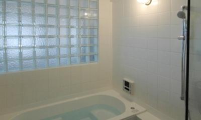 明るい浴室を作ったマンションリノベ (ガラスブロック壁面のバスルーム)